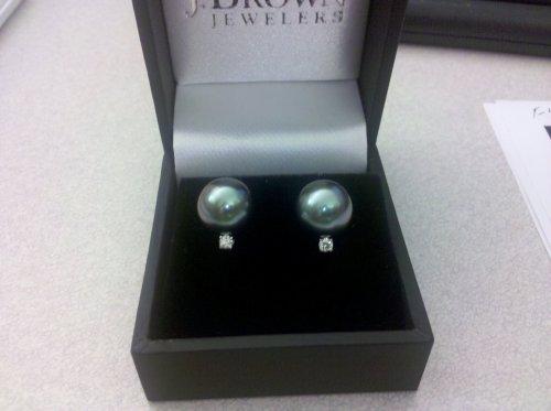 An image of earrings.