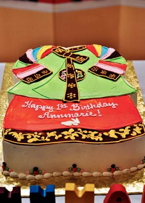 Cake decorated to look like a hanbok